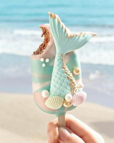 ourmet Mermaid Cake Pop 🐚 Let's go to the beach 🌊 yummy ! Chocolate Cake with sweet milk covered in milk chocolate ✨ Photo by Mermaid Cake Pops, Mermaid Cakes, Cute Food, Yummy Food, Magnum Paleta, Kreative Desserts, Cute Baking, Rainbow Food, Aesthetic Food