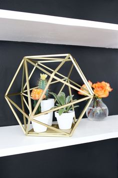 Upgrade a geometric decor globe into this cute planter! Geometric Globe Planter // A Beautiful Mess Diy Interior, Diy Décoration, Diy Crafts, Easy Diy, Small Succulent Plants, Succulents, Diy Inspiration, Gold Spray Paint, Geometric Decor