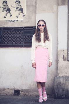 ¿Qué tal llevar la falda del mismo color que las medias y la blusa del color de los zapatos? | 18 Formas estilosas de atreverte a usar sandalias y medias mientras callas al mundo