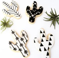 cookies from Love the black and white graphic prints!cactus sugar cookies from Love the black and white graphic prints! Galletas Cookies, Iced Cookies, Cute Cookies, Royal Icing Cookies, Cookies Et Biscuits, Sugar Cookies, Cake Pops, Cookie Designs, Cookie Decorating