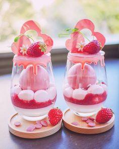 Dessert Drinks, Dessert Recipes, Kreative Desserts, Kawaii Dessert, Pink Foods, Japanese Sweets, Japanese Wagashi, Cute Desserts, Cafe Food