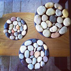 Trivet - Ville ha en semester souvenir från gotland. Så plockade dessa stenar och satte ihop tre grytunderlägg!