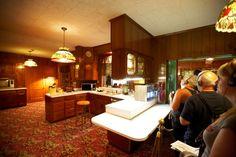 tourists visit kitchen in graceland mansion memphis tennessee Elvis Presley Old, Elvis Presley House, Graceland Elvis, Elvis Presley Family, Elvis Presley Photos, Graceland Mansion, Marcus Butler, Logan Henderson, Aaron Tveit