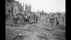 Soldats canadiens nettoyant une route près de Cambrai, 1918.
