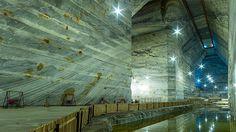 """Salina Slănic, cea mai mare din Europa şi locul cu cel mai pur aer de pe planetă. Până la ce adâncime se poate ajunge cu """"colivia"""" în miezul pământului"""