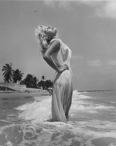 🚫Have seen this SO many time--This is NOT Marilyn Monroe! This evocative Greek goddess image is frequently thought to be Marilyn. It is Sandy Fulton, photographed by the famed Bunny Yeager and appears in the book Bikini Girls Of The Not Marilyn Monroe Marylin Monroe, Fotos Marilyn Monroe, Estilo Marilyn Monroe, Marilyn Monroe Style, Marilyn Monroe Portrait, Hollywood Glamour, Old Hollywood, Hollywood Style, Pin Ups Vintage