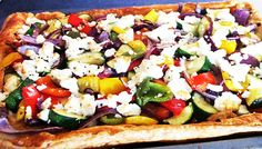"""Roasted courgette, red pepper & """"feta"""" open tart with a herbed leaf salad Weight Loss Eating Plan, Easy Weight Loss, Free Meal Plans, Lunch Menu, Mediterranean Style, Everyday Food, Red Peppers, Eating Plans, Caprese Salad"""