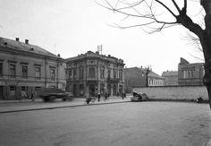 Fő utca, a Magyar Király Szálló előtti parkolóból fotózva.