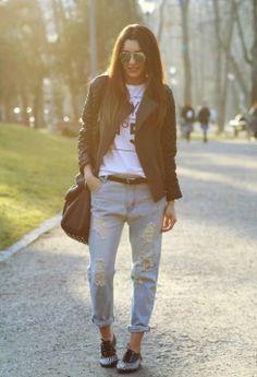 mom jeans con chaqueta negra