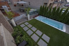 We love this backyard installation complete with a endless pool and EasyTurf art. We love this bac Artificial Grass Balcony, Best Artificial Grass, Modern Landscaping, Backyard Landscaping, Backyard Ideas, Fake Turf, Fake Grass, Turf Installation, Outside Living