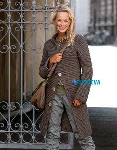 Повседневное, но красивое пальто для женщин, простое в вязании (спицами)