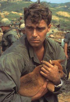 Un soldato americano culla un cane mentre è sotto assedio a Khe Sanh, Vietnam, 1968. Foto di Larry Burrows.