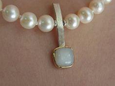 Die schlichten weissen Perlen wirken durch den modernen Mondsteinanhänger wunderbar aufgelockert.: Die klassische Moderne (Mondstein) von GoldschmiedeNorwinVitten auf DaWanda.com