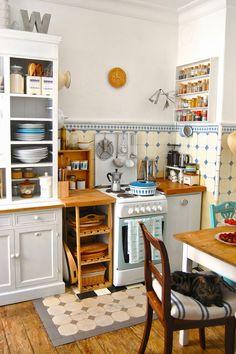 super schöne mini Küche mit Schubladenregal
