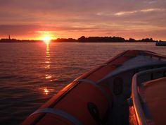 Vlak voor zonsondergang werd de haven bereikt
