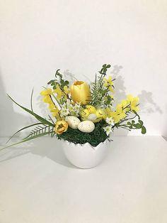 Veľkonočná dekorácia v keramickej škrupinke, ozdobená machom, kuriatkami, tulipánmi a zeleňou... Plants, Plant, Planets