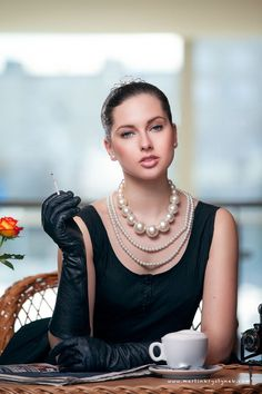 Ana Rosa | Classic little black dress and pearls.