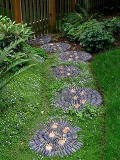 Laying pebble mosaic in the garden for pretty paths and terraces - Use gravel to shape round stepping stones - Round Stepping Stones, Stepping Stone Pathway, Stone Garden Paths, Garden Steps, Easy Garden, Stone Pathways, Walkways, Paver Walkway, Gravel Path