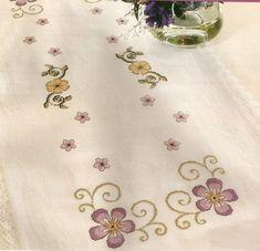 Kanaviçe Runner Şablonları (1) Palestinian Embroidery, Bargello, Cross Stitch Flowers, Cross Stitch Designs, Stitch Patterns, Needlework, Tapestry, Tote Bag, Zoom Zoom