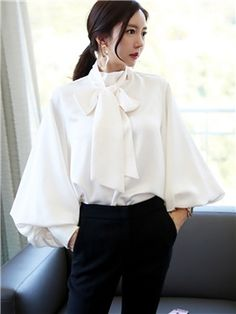 Pussy Bow Blouse Style Guide: A Classic Item You Can't Miss in Wardrobe Sexy Blouse, Bow Blouse, Blouse Outfit, Womens Trendy Tops, Stylish Tops, Iranian Women Fashion, Office Looks, Beautiful Blouses, Blouse Styles