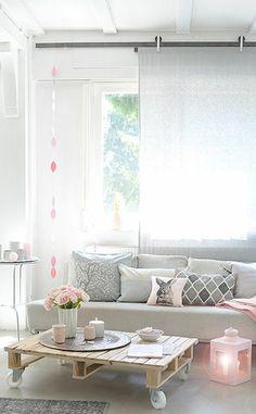 Mesa de salón de pallets. Ambiente en tonos pastel. table de salon en palette, jolie lanterne rose et beaux coussins