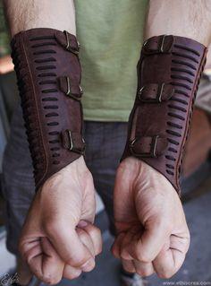 Ethis Crea: Bracelets vambraces corset Moda Steampunk, Steampunk Armor, Cosplay Armor, Cosplay Costumes, Cosplay Ideas, Costume Ideas, Mode Masculine, Leather Bracers, Armadura Medieval