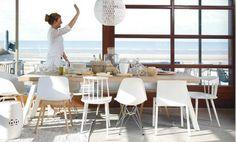 diverse stoelen rond tafel voor speelser effect