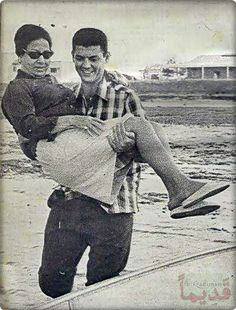Oum Kalthoum's nephew carries her over a puddle. Old Egypt, Cairo Egypt, Rare Pictures, Funny Pictures, Egyptian Movies, Egyptian Women, Arabic Women, Arab Celebrities, Sophia Loren Images