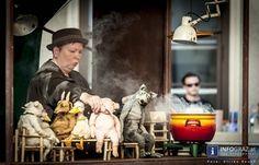 La Strada 2013 - Internationales Festival für Straßenkunst und Figurentheater in Graz 1. August 2013   Die Steinsuppe – Fotos von einer erstaunlichen Tischrunde  http://www.info-graz.at/la-strada-lastrada-graz-bilder-fotos-festival-sommer-ensemble-figurentheater-strassentheater/overview/33684/15730_steinsuppe-fitting-willi-dorner-la-strada-1-8-2013-graz-lesliehof-joanneumsviertel/