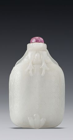 A WHITE JADE 'TURTLE DRAGON' SNUFF BOTTLE QING DYNASTY, 18TH / 19TH CENTURY