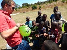 Reisverslag Malawi – Deel 1 | Eric ontmoet de lokale bevolking. De kinderen waren enorm dankbaar. Een ballon is een bijzonder speelgoed in Malawi. Ze renden huppelend weg, met de ballon in de arm.