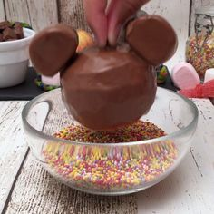 Food Discover Micky and Minnie look great The post Disney dessert! appeared first on Food Monster. Disney Desserts, Easy Desserts, Delicious Desserts, Yummy Food, Mickey Mouse Desserts, Baking Recipes, Cake Recipes, Dessert Recipes, Dinner Recipes
