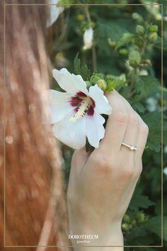 Verliebt, verlobt, verheiratet: dieser mit Brillanten besetzter Verlobungsring in Weißgold schafft eine perfekte Balance zwischen Eleganz und Glitzer. 💍