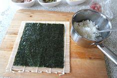 Zelf sushi maken is zo moeilijk nog niet! Butcher Block Cutting Board, Food, Essen, Meals, Yemek, Eten