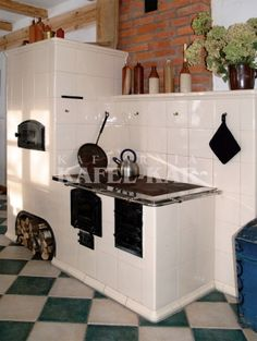 Kuchnia kaflowa Rustic Kitchen Design, Kitchen Room Design, Kitchen Decor, Kitchen Cupboard Storage, Kitchen Cupboards, Wood Stove Cooking, Four A Pizza, Small Apartment Kitchen, Old Kitchen