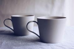 究極のシンプルさの中に、現れる存在感。余計なものを削ぎ落したかたちのマグカップ | BASE Mag. White Coffee Cups, Japanese Pottery, Ceramic Design, Ceramic Cups, Kitchenware, Dishes, Mugs, Cafe Idea, Tablewares
