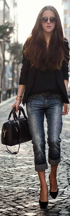 Fall / Winter - street & chic style - boyfriend jeans + black v neck top + black blazer + black pumps