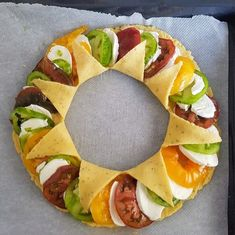 Discover a tomato pie recipe presented in a crown or sun pie style pies pies recipes aux pommes salees soleil Veggie Recipes, Vegetarian Recipes, Healthy Recipes, Tapas, Kreative Snacks, Tomato Pie, No Cook Meals, Summer Recipes, Food Inspiration