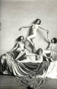 Ziegfeld Girls, photo by Alfred Cheney Johnston The Ziegfeld Follies were a series of elaborate theatrical productions on Broadway in New York City from 1907 through Pin Up Vintage, Vintage Girls, Vintage Beauty, Retro Vintage, 1920s Photos, Vintage Photographs, Old Photos, Dark Romance, Ziegfeld Follies