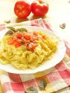 Домашняя паста с томатным соусом и базиликом