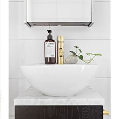 Add some color to your #bathroom - here we see wash basin mixer #EVM071 and accessories in polished #brass. Note that brass is a living material and will get patina over time. However, feel free to polish the surface with brass polish to get the shine back! Picture by @fastighetsbyran. #badrum #tvättställsblandare #mässing #marmor #badrumsinspiration #accessoarer #tapwell #bathroominspo #bathroomdesign #marble