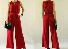 Zmysłowy kombinezon w kolorze czerwieni, delikatnie odsłaniający plecy.  Wiązanie przy dekolcie.  Idealna alternatywa dla sukienek na eleganckie wyjścia jak również na co dzień. Uszyty z...