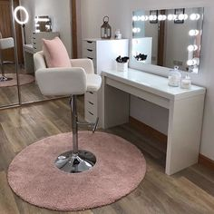 Marianne Hollywood Mirror This is definitely one of the prettiest makeup rooms we have ever seen! Makeup Studio Decor, Makeup Room Decor, Makeup Rooms, Beauty Room Salon, Beauty Room Decor, Beauty Studio, Vanity Room, Vanity Desk, Salon Interior Design