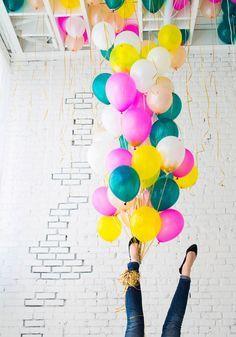 Agrupación por proximidad: Todos los globos que se encuentran amarrados del pie de la mujer se perciben como un solo objeto, a diferencia de los que están justo en el techo que se perciben como otro distinto.