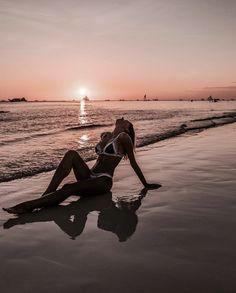 How to Take Good Beach Photos Beach Pictures, Cool Pictures, Beach Poses, Foto Pose, Summer Photos, Boudoir Photos, Bikini Photos, Beach Bum, Summer Vibes