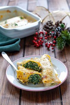 Gustosi #cannelloni di crespelle ripieni di #salmone affumicato, spinaci e ricotta, gratinati al forno. #ricette #menudinatale #primipiattialforno