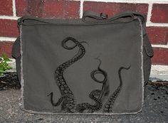Tintenfisch Tentakeln Messengerbag  Khaki von CrawlspaceStudios
