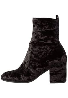 acd236277f94be ¡Consigue este tipo de zapatos abiertos de Kennel + Schmenger ahora! Haz  clic para