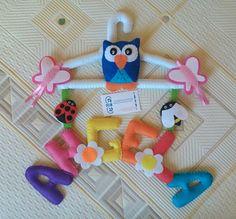 Percha forrada de fieltro y adornada con nombre y motivos campestres realizada por www.fieltrolandia-1.blogspot.com