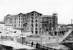 Il cantiere della Galleria (1865); sullo sfondo, a destra, il campanile della chiesa di san Carlo (oggi praticamente invisibile)